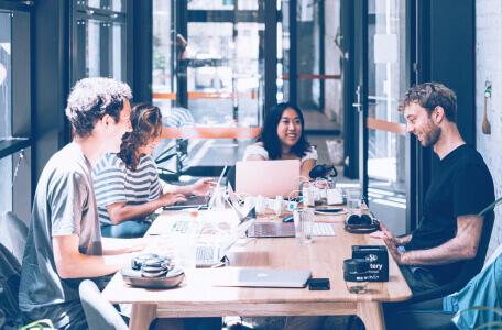 ludzie siedzący przy stole